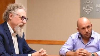 Diálogo. Luenzo (izquierda) y el intendente en plena conversación.