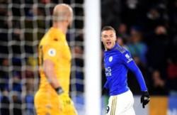 Vardy hizo un doblete y Leicester se afirma en el tercer lugar de la Premier.