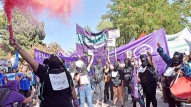 Colores. Oleada feminista, uno de los muchos grupos que conforman el movimiento popular, reclamó por la implementación de la Ley XV-26.