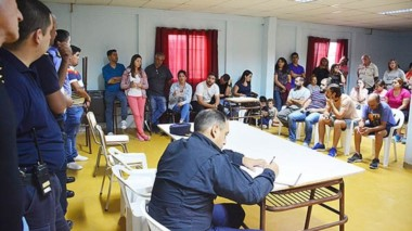 La reunión derivó en el compromiso de las autoridades por reforzar la zona. Guardia Urbana ayudará.