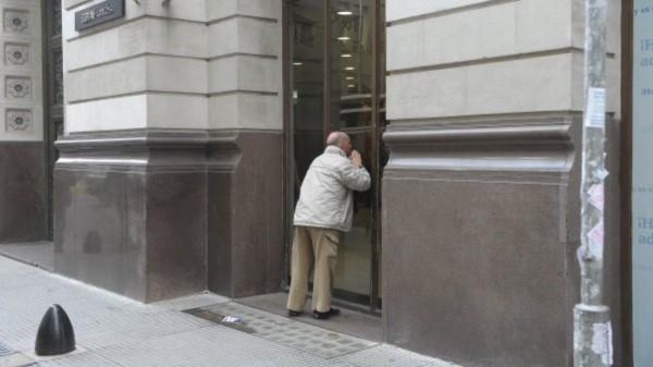 El BCRA habilita reabrir los Bancos para jubilados y beneficiarios de planes