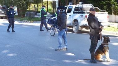 Los efectivos policiales en Esquel patrullaron ayer las calles en compañía de los perros detectores de drogas.