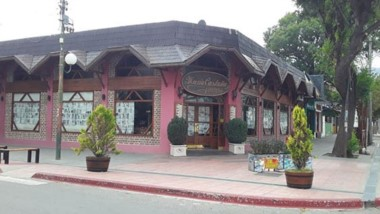 Otra tradicional confitería en el centro de la ciudad se sumó a la protesta empapelando sus ventanas.