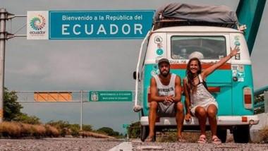 """Facundo y Carolina, en Ecuador. Se embarcaron hace 2 años en este gran viaje y ya recorrieron 25.000 km a bordo de """"Odisea"""", su combi."""