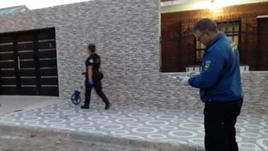 Personal policial y peritos de Criminalística efectuando su tarea luego del homicidio cometido ayer.