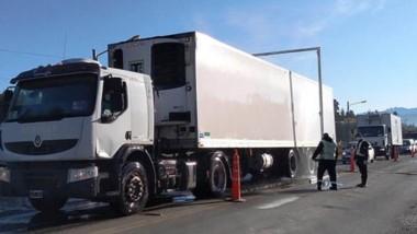 Desinfección. Cada camión que ingresa a la Comarca Andina es revisado en el acceso norte.