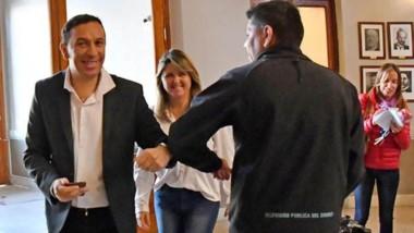 Saludo con el codo. Adrián Maderna en el ingreso al Palacio municipal.