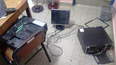No sólo hubo destrozos mobiliarios y de quipos informáticos, sino también documentación estudiantil.