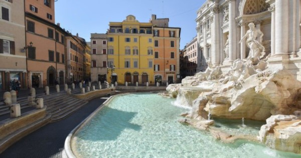 Una imagen insólita de la Fontana di Trevi desierta a mediodía, el miércoles 8 de abril de 2020 (foto: Victor Sokolowicz).