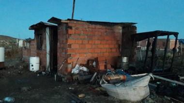 La precaria vivienda  ubicada en una zona de asentamientos ilegales de Comodoro Rivadavia y la tragedia.
