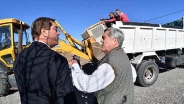 El intendente de Rawson junto al Procurador Miquelarena retirando los bienes incautados.