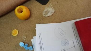 La naramja abierta y la cocaína secuestrada en la Alcaidía Policial de Trelew. Iba destinada a un detenido.