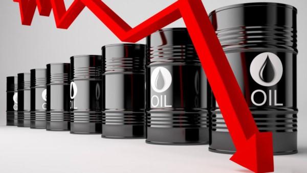 """""""Por primera vez en la historia, vendedores deben pagar a compradores para que acepten contrato de futuros del petróleo"""", destacó un tuit de Reuters Latianomerica."""