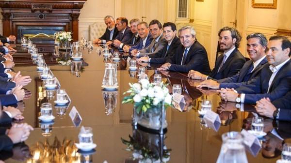 """El Presidente, sus ministros y los mandatarios provinciales, en tiempos de """"cercanía"""" física."""