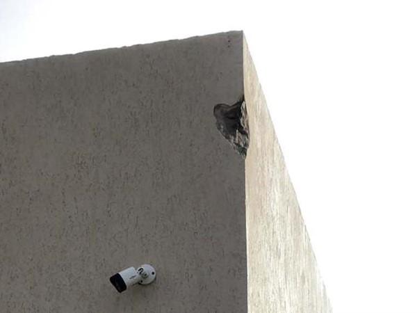 El impacto del rayo voló un pedazo de pared.