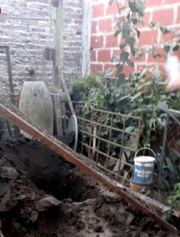 El degenerado creyéndola muerta, empezó a cavar un pozo en el fondo de su casa con una pala para enterrarla.