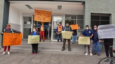 Los trabajadores sanitarios reclaman el pago de los sueldos.