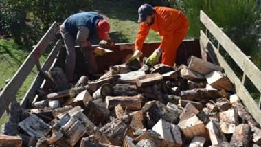 Asistencia. El municipio de Lago Puelo sigue entregando leña a familias vulnerables.