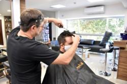 Con medidas de seguridad tomada por sus propios dueños, las peluquerías de San Juan volvieron a atender.