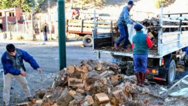 """Auxilio. Unas 800 familias de distintos barrios de Esquel recibirán leña gracias al """"Plan Calor 2020""""."""