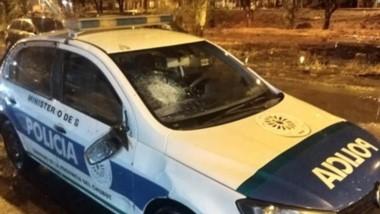 El móvil policial de la Comisaría Tercera sufrió severos daños en su parabrisas y en parte de su carrocería.