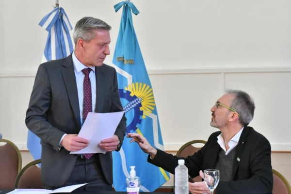 """""""800 personas están esperando volver a la provincia"""", dijo el gobernador Mariano Arcioni. (Foto: Daniel Feldman / para Jornada)"""
