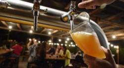 La Cámara de Cerveceros Artesanales de Argentina (CCAA) alertó que la mayoría de las fábricas y bares cerveceros podrían cerrar sus puertas en los próximos dos meses.