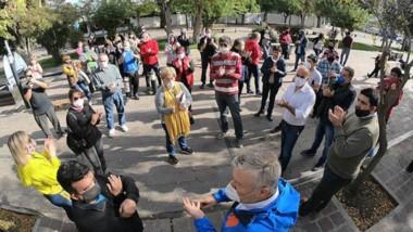 Aplausos y barbijos. Los referentes del comercio se unieron para su protesta en la Peatonal Fontana en la capital chubutense.