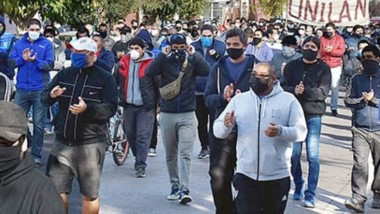 Molestos. Los trabajadores textiles y laneros afectados por el acuerdo de rebaja salarial rompieron la cuarentena y se movilizaron a la Municipalidadpara transmitir su queja.