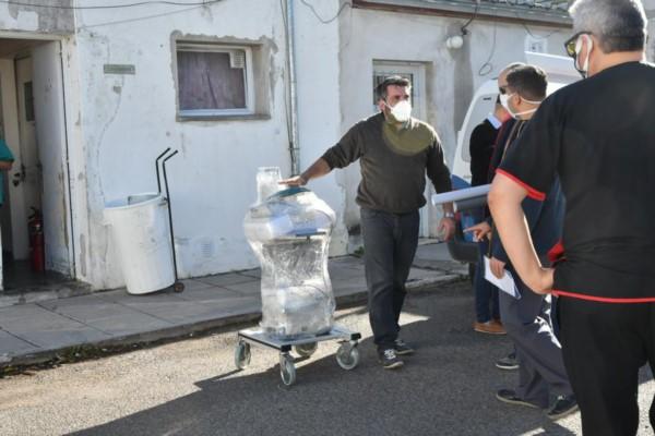 Llega el primer respirador para el Hospital Santa Teresita de Rawson.(Foto: Daniel Feldman / para Jornada)