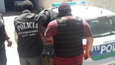 Momento en que la Policía lleva detenido a Luciano Ezequiel Comesaña por el crimen de Mario Alexis Benítez.