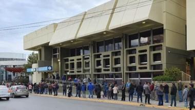 En el Banco Nación hubo colas de hasta quinientos metros y sin respetar la distancia de prevención.