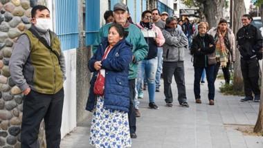 Gente esperando  ingresar al banco en la ciudad de Puerto Madryn.