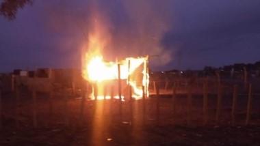 La precaria vivienda fue consumida totalmente por las llamas de ayer.