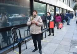 Los bancos atendieron a los jubilados con más orden y este domingo seguirán los pagos.