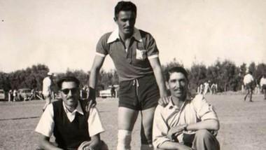 Rómulo Gallo (Medio), junto a dos hinchas de Huracán de Trelew. Se fue una gloria del fútbol valletano.