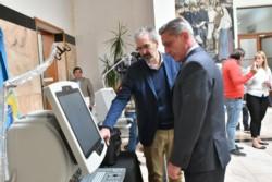El ministro Puratich le enseña al gobernador Arcioni los nuevos equipos de Salud enviados por Nación.Fotos: Daniel Feldman/Jornada.