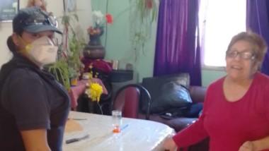 Las dos efectivas policiales comodorenses ayudaron a la abuela.