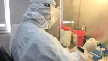 La tarea de bioquímicos para analizar los casos sospechos de Covid-19.