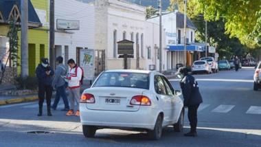 Efectivos policiales efectuaron un  férreo control del microcentro de la ciudad de Esquel.
