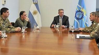 El gobernador Mariano Arcioni recibió en Casa de Gobierno a Oficiales y Jefes del Estado Mayor del Comando de la Zona de Emergencia de Chubut ,para coordinar el trabajo articulado.