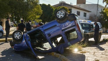 La Renault Kangoo en posiciòn invertida tras colisionar con una camioneta de la Gendarmería Nacional.