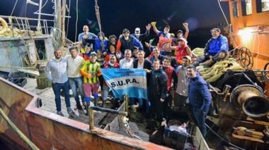 Hombres de mar. Arcioni agradeció la solidaridad de los pescadores que entregaron 42 toneladas de merluza a familias carenciadas.