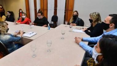 Adrián Maderna en reunión con  una amplia mesa política.