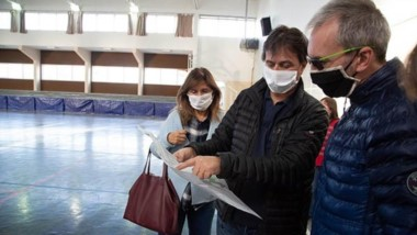 El intendente, Luis Juncos, recorrió el SUM de la Escuela Nº 718 junto al ministro de Salud, Fabián Puratich.
