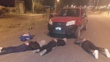 Los ladrones yacen en el piso tras ser interceptados por la Policía.