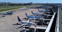 Todos los aviones parados en Aeroparque, una imagen que lleva muchas semanas.