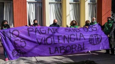 La marcha en reclamo del cobro de sueldos convocó a un nutrido número de manifestantes.