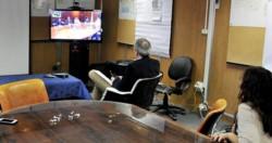 El ministro Puratich junto a su equipo participando de la videoconferencia con Ginés González García.