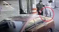 El video muestra como una mujer que estaba al lado de la chica al ver la sorpresiva situación enseguida la asiste con una toalla y levanta al bebé.